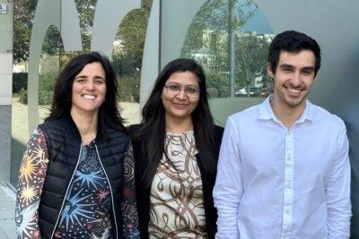 Los autores de la revisión en Science. De izquierda a derecha: Ana Caño-Delgado, Aditi Gupta y Andrés Rico-Medina (Crédito: CRAG)